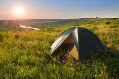 Tenda turistica sull'alta banca del fiume al tramonto Bello Fotografia Stock