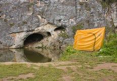 Tenda turistica sulla riva del fiume Fotografia Stock Libera da Diritti