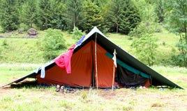 Tenda in un campo dell'esploratore ed in una lavanderia di secchezza fuori da asciugarsi Fotografia Stock