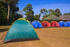 Tenda variopinta sulla terra di campeggio Fotografia Stock