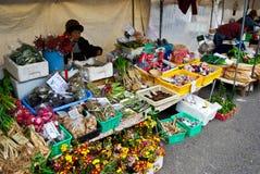 Tenda vegetal do mercado no mercado da manhã da cidade velha de Hida Takayama, Japão fotos de stock