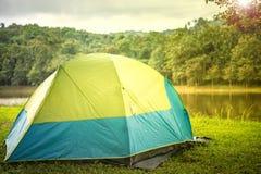 Tenda verde che si accampa con il sole in regione selvaggia Fotografie Stock