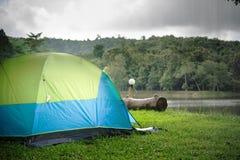 Tenda verde che si accampa con il sole in regione selvaggia Fotografie Stock Libere da Diritti