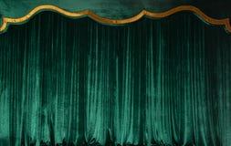 Tenda verde di velluto lussuoso sulla fase del teatro Copi lo spazio Il concetto di musica e di arte teatrale immagini stock