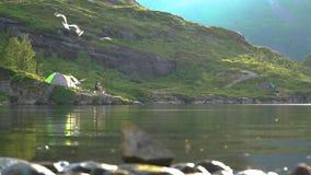 Tenda vicino al lago della montagna video d archivio