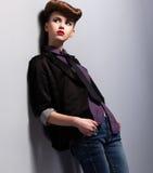 Tendance à la mode. Femme astucieuse indépendante dans le costume Pin- dans la rêverie. Élégance Photographie stock libre de droits