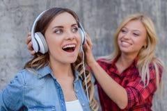 Tendance de l'adolescence s urbain blanc de fan d'âge de chemise à carreaux rouge audio de jeans Images libres de droits
