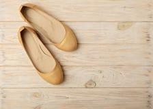 Tendance de mode - le ` s de femmes chausse la couleur d'or de perle sur un CCB en bois Photos stock