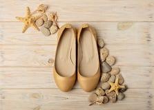 Tendance de mode - le ` s de femmes chausse la couleur d'or de perle sur un CCB en bois Photos libres de droits