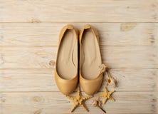 Tendance de mode - le ` s de femmes chausse la couleur d'or de perle sur un CCB en bois Photo stock