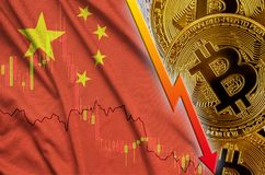 Tendance en baisse de drapeau et de cryptocurrency de la Chine avec beaucoup de bitcoins d'or illustration de vecteur