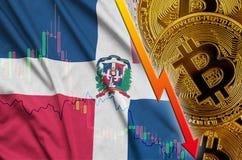 Tendance en baisse de drapeau et de cryptocurrency de la République Dominicaine avec beaucoup de bitcoins d'or illustration stock