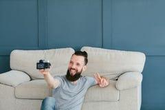 Tendances de social de mode de vie de loisirs d'appareil-photo de selfie d'homme images stock
