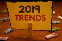Tendances des textes 2019 d'écriture de Word Concept d'affaires pour des développements de nouvelle année à HOL de prise de Moder image libre de droits