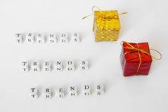 Tendances pour des cadeaux Lettres sur une surface blanche image stock