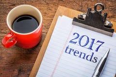 2017 tendances sur le tableau noir sur le presse-papiers Image libre de droits
