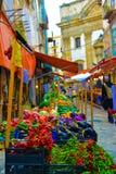 Tendas coloridas do mercado de rua de Sicília com vegetais e frutos, cidade velha de Palermo, curso Itália Imagem de Stock Royalty Free