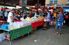 Tendas das tabelas que vendem o alimento & o fruto frescos da rua na seção exterior do mercado Kuching Malásia do fim de semana d fotos de stock royalty free