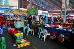 Tendas das tabelas que vendem o alimento & o fruto frescos da rua na seção exterior do mercado Kuching Malásia do fim de semana d foto de stock
