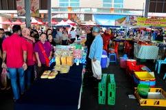 Tendas das tabelas que vendem o alimento & o fruto frescos da rua na seção exterior do mercado Kuching Malásia do fim de semana d fotografia de stock royalty free