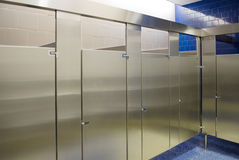 Tendas de banheiro públicas ocupadas toda foto de stock royalty free