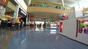 Tendas internas modernas do shopping Seguindo o tiro video estoque