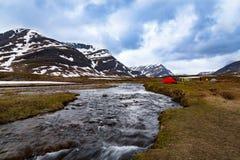 Tende da un fiume selvaggio della montagna Immagini Stock Libere da Diritti