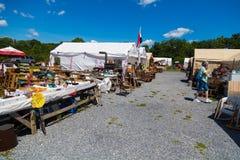 Tende dei commercianti con gli oggetti da vendere Immagini Stock Libere da Diritti