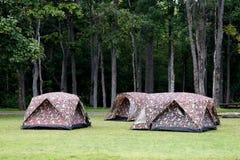 Tende di campeggio al campeggio all'aperto Fotografia Stock Libera da Diritti