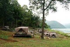 Tende di campeggio al campeggio all'aperto vicino al fiume Fotografie Stock