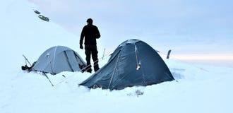 Tende e alpinista Immagine Stock
