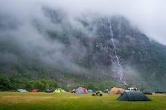 Tende a Lusebotn che si accampa sotto la montagna Faccia l'elettrolisi il fiordo, Norvegia Immagine Stock