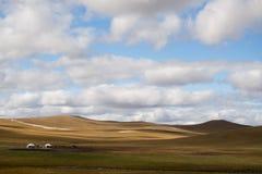 Tende mongole nel Meadowland Immagini Stock Libere da Diritti
