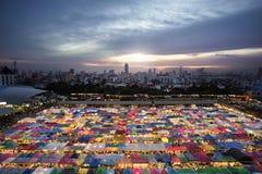Tende multicolori al mercato di notte del treno a Bangkok Fotografia Stock
