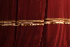 Tende rosse della fase del teatro con indicatore luminoso ed ombra Immagine Stock Libera da Diritti