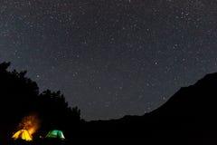Tende sotto il cielo in pieno delle stelle Fotografia Stock