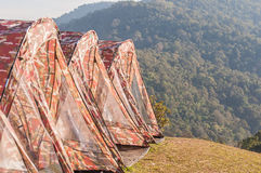 Tende turistiche sulla collina al campeggio Fotografia Stock Libera da Diritti