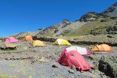 Tende variopinte che stanging nel campeggio dell'alta montagna Immagine Stock
