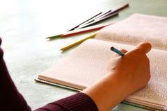 Tendencia adulta del libro de colorear, para el alivio de tensión Foto de archivo