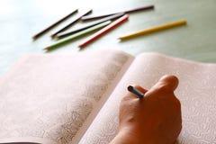 Tendencia adulta del libro de colorear, para el alivio de tensión Foto de archivo libre de regalías