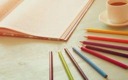 Tendencia adulta del libro de colorear, para el alivio de tensión Visión superior Foco selectivo Imágenes de archivo libres de regalías