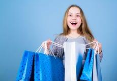 Tendencia de la moda Departamento de la manera Niña con los paquetes del manojo Etiqueta estacional de sale Cliente de la muchach imagen de archivo