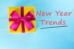 Tendencias del Año Nuevo Tabla amarilla del onblue de la caja de regalo como fondo natural Ideas del regalo de la Navidad o del A Fotos de archivo libres de regalías