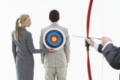 Tendendo freccia all'obiettivo sull'uomo d'affari indietro Immagini Stock
