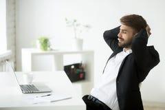 Tendenza di rilassamento soddisfatta dell'uomo d'affari indietro in sedia Fotografie Stock Libere da Diritti