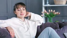 Tendenza di seduta sorridente della giovane femmina bella del ritratto del colpo medio indietro sullo strato stock footage