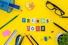 2018 tendenze - testo delle lettere scolpite al fondo giallo della tavola con i rifornimenti dell'allievo o dell'ufficio Piano de Fotografia Stock Libera da Diritti