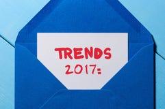 Tendenzfahne 2017 - simsen Sie geschrieben in Weinlesebuchstaben am blauen Umschlag Konzept des neuen Jahres Stockfotografie