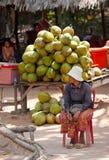 Tendera de cocos en Angkor, Camboya Foto de archivo