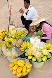 Tendera de la fruta en Angkor, Camboya Imagen de archivo